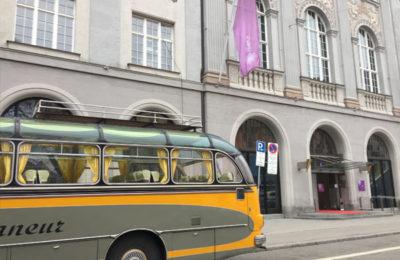 Oldtimer-Bus für Besucher vorm House of JAB Anstoetz