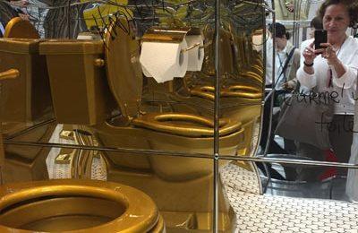 Bei USM: In der Inszenierung des Möbelbausystems als Architektur versteckte sich hinter einem Vorhand eine goldene Toilette – wohl meistfotografierter Gag des Salone.