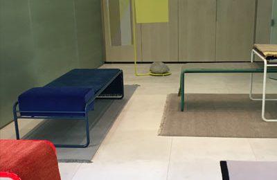 """Bei Kinnasand: """"Structures"""", Teppicharbeiten auf Metallrohrgestellen von Designerin Katrin Greiling."""