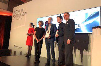 """Preisverleihung """"Best of"""" der Iconic Awards: Interior Innovation an Vorwerk Design, vertreten durch Uwe Kemker und einem Kollegen."""