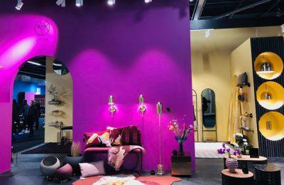 """AYTM: Gesprochen wie englisch """"Item"""", stellte die dänische Marke ihre Wohn-Accessoires erstmals auf der IMM Cologne aus – mit einem herrlich farbintensiven Stand."""