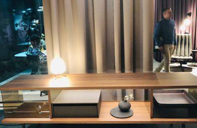 """Walter Knoll: Sideboard """"The Farns"""" als Raummöbel zitiert Mies van der Rohes Glashaus """"Farnsworth House"""". Besonderheit: Die Türen lassen sich um 180 Grad öffnen drehen."""