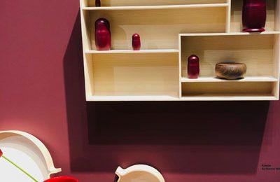 """Schönbuch: schöne neue Accessoires, z. B. das minimalistische Holztablett """"Kaede"""" von Hanne Willmann. Oder die Vase """"Carla"""" aus Terrakotta von Christian Haas."""