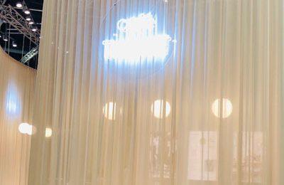 Thonet: schöne, neue Farben für die Kaffehausstühle, hier vorm Thonet-Café mit dem besten Kaffee auf der Messe …